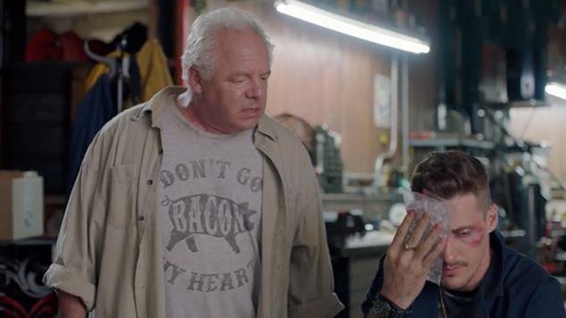 Paul vient de frapper Jean-Michel, dont le visage porte des ecchymoses.