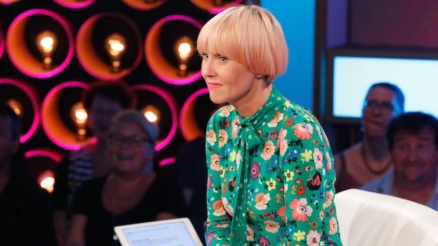 Portrait de l'animatrice sur le plateau de l'émission Les échangistes.