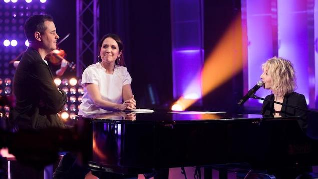 Ingrid St-Pierre interprète une chanson au piano, le visage tourné vers Pierre Hébert et France Beaudoin.