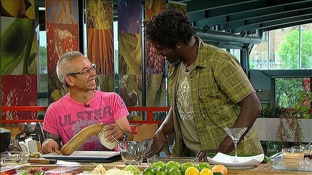 M. Tri et Boucar Diouf sur le plateau de l'émission Des kiwis et des hommes
