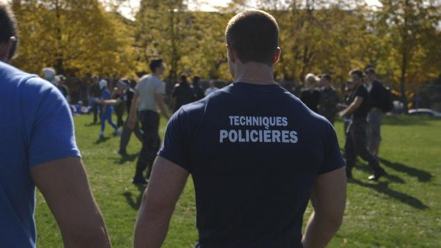 Le dos d'un étudiant en techniques policières