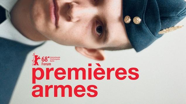 Un jeune soldat photographié de façon horizontale au-dessus du titre du film Premières armes.