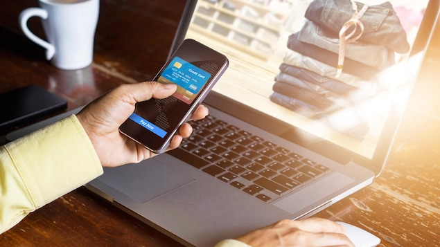 Est-ce qu'un commerçant peut demander des prix différents pour le même produit selon que vous l'achetiez en magasin ou en ligne?