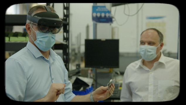 Un homme porte une lunette de réalité virtuelle.