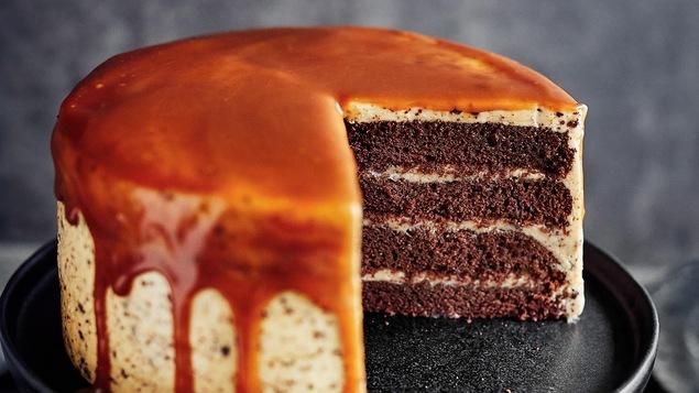 Un gâteau avec un coulis de caramel déposé sur un plateau.