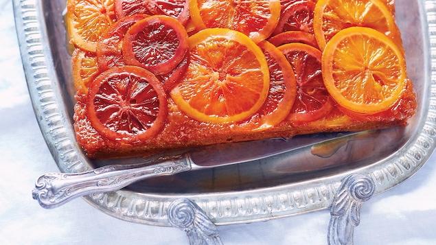 Un gâteau garni de tranches d'oranges sanguines confites.