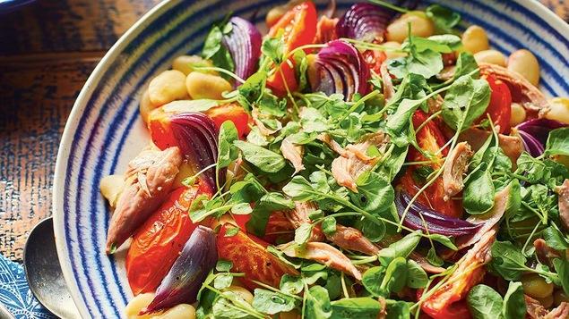 Un grand bol de salade de canard confit et de haricots de Lima.