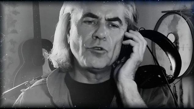 Richard Séguin chante.