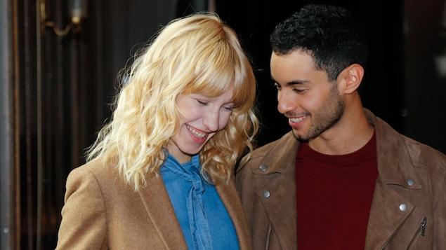 Deux jeunes qui rigolent ensemble.