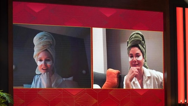 Deux femmes avec une serviette sur la tête. Elles apparaissent dans un écran.