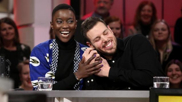 Sarahmée et Sam Breton rigolent ensemble.