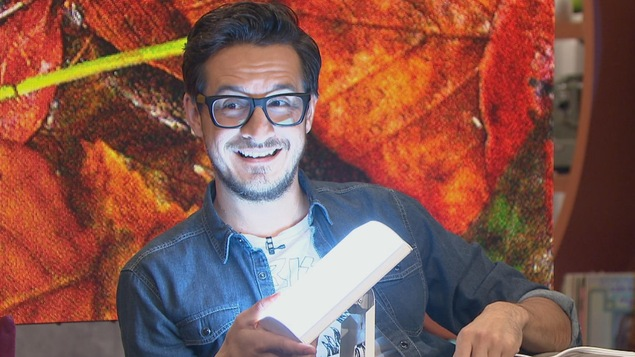 Sébastien Diaz devant une lampe