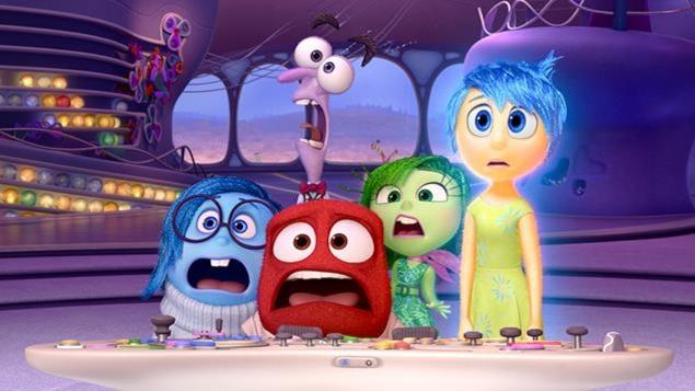 cinq personnages dessinés, un bleu, un rouge, un mauve, un vert, un jaune, un air effrayé sur le visage.