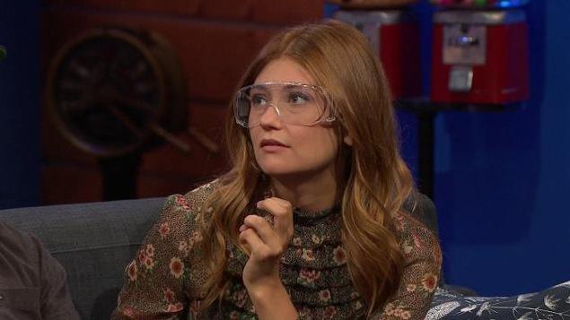 Elle porte des lunettes de protection.