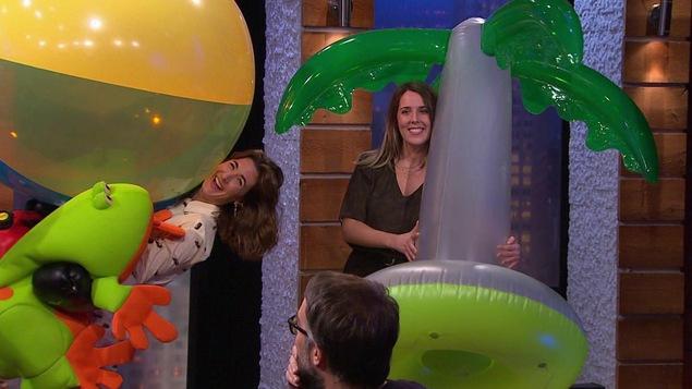 Avec une participante, elles ont les bras pleins de ballons gonflées, de palmiers et de grenouilles géantes.