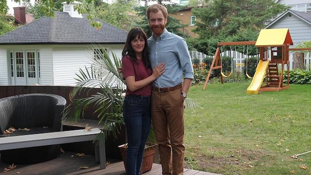 Sophie Cadieux et Simon Lacroix qui se tiennent par la taille.