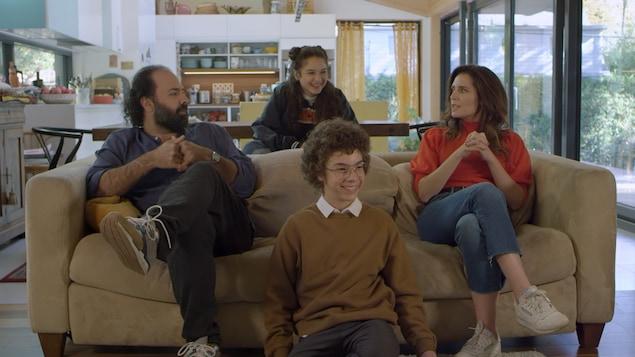 Une famille dans un canapé.