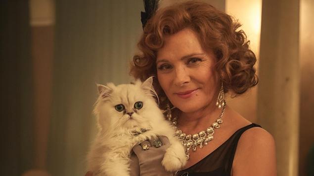 Emilie French qui tient son chat dans ses bras.