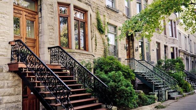 Plusieurs appartement en rangés sur le Plateau-Mont-Royal à Montréal.