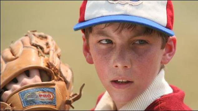 Le jeune Martin qui s'apprête à lancer une balle au baseball