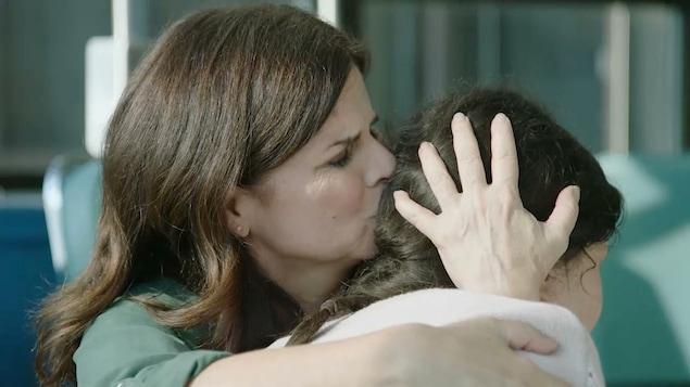 Marie qui prend Lucie dans ses bras.