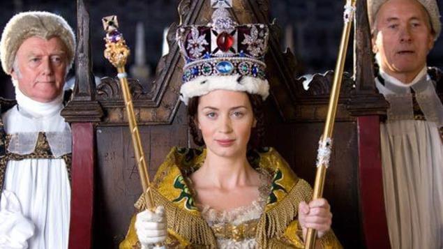 Une jeune femme portant couronne et sceptres, sur un trône.
