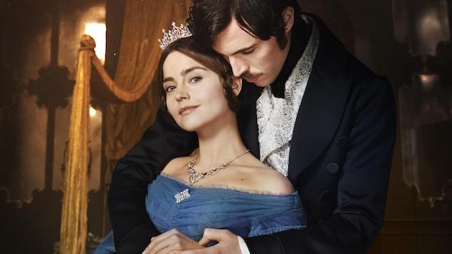 Le prince Albert enlace Victoria.
