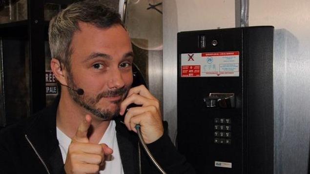 Les chroniqueur parle au téléphone et pointe la caméra