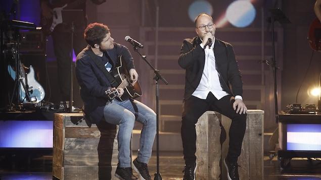 Deux hommes font un numéro musical sur le plateau de l'émission.