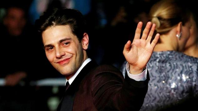 Le cinéaste québécois salue la foule sur le tapis rouge