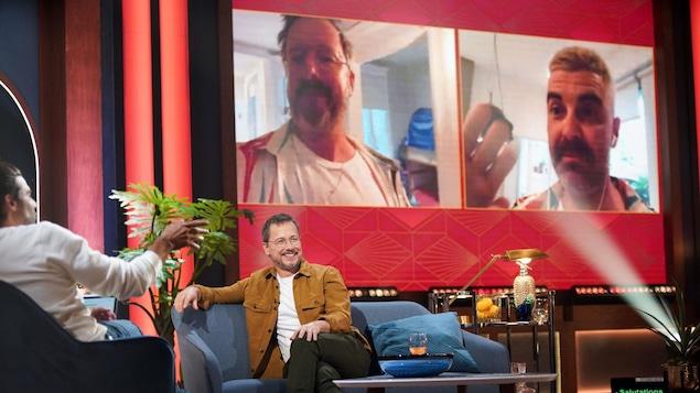 Ils apparaissent sur un écran géant en visioconférence sur le plateau de l'émission.