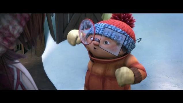 On voit un petit garçon à grosses lunettes et tuque bicolore.