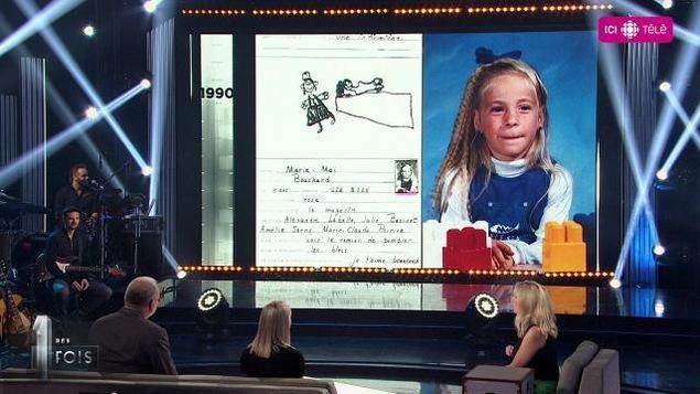 L'animatrice et les invités regardent un grand écran sur lequel il y a une photo d'enfance de Marie-Mai.