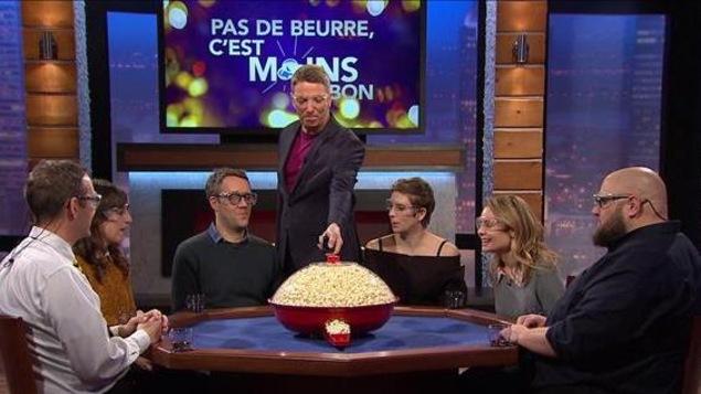 Il y a 6 invités autour d'une table et dans le milieu du popcorn prêt à leur sauter au visage.