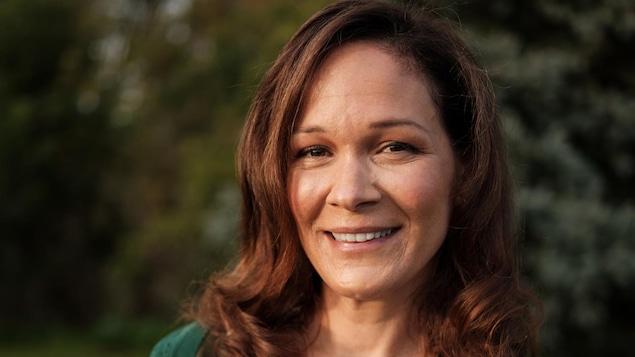 Sandrine Bisson est une comédienne très populaire à la télévision, au théâtre et au cinéma. Au petit écran, elle a participé à des séries comme Fragile et L'imposteur. Toutefois, c'est au cinéma, dans un rôle de mère, qu'elle s'est particulièrement fait remarquer. Elle joue la maman de Ricardo dans les films 1981,1987 et 1991 de Ricardo Trogi.  Sandrine a reçu de nombreux prix pour ces performances au grand écran.