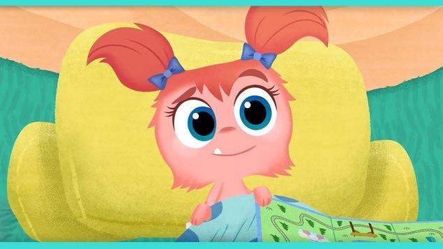 Une petite fille avec des couettes et une dent qui sort de la bouche