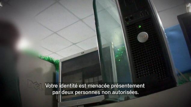 On voit une image floutée d'ordinateurs avec un texte parlant de vol d'identité