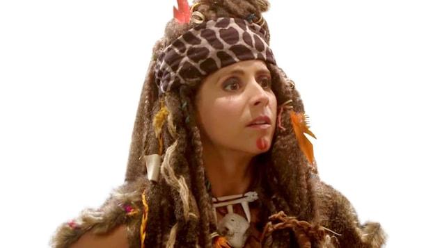 Psychédélique Jocelyne est une vieille camarade de classe de Mystique Denise. Elles ont étudié le chamanisme ensemble. Leurs méthodes de guérison sont toutefois bien différentes. Alors que Mystique Denise utilise les potions en tout dernier lieu – comme on lui a enseigné à l'École des chamanes –, Psychédélique Jocelyne, moins orthodoxe, les prescrit à tout vent et les teste même sur des patients.