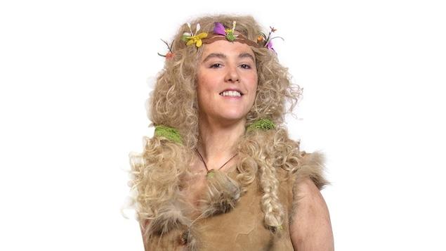 Elle porte des fleurs dans ses cheveux