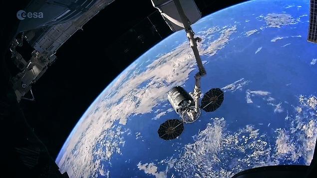 Vue de l'espace, on voit le bras canadien de la station spatiale