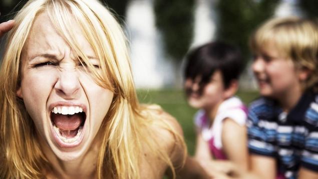 Une mère pousse un cri de désespoir.
