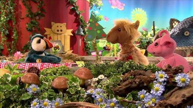 Colin, Zoumba et Zénon discutent devant la ferme décorée d'un sapin de Noël et d'une guirlande.