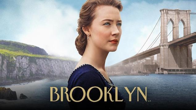 Saoirse Ronan, tête d'affiche du film Brooklyn, le regard au loin, sur un fond composé d'une falaise irlandaise ainsi que du pont de Brooklyn.