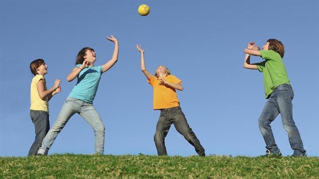 Des enfants qui jouent au ballon