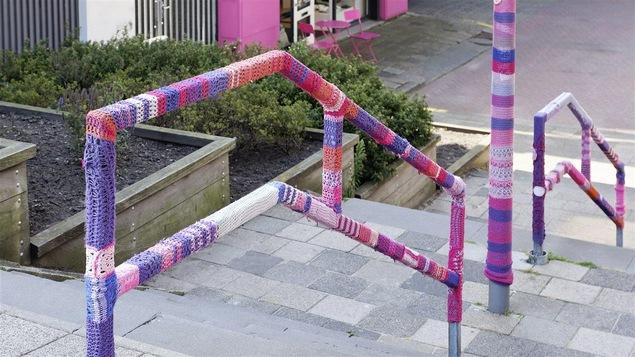 Mobilier urbain décoré de tricot, une oeuvre de tricot-graffiti