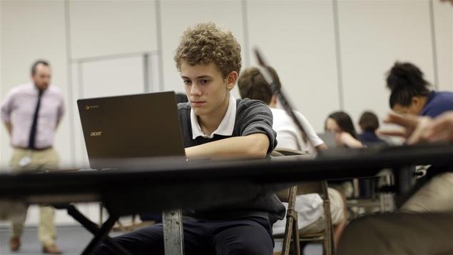 Un élève travaille à l'ordinateur.