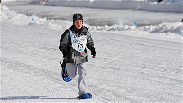 Un enfant participe au pentathlon des neiges.