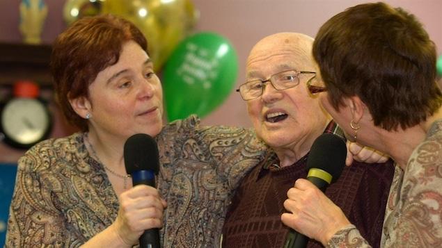 Louise Dumontier et sa comparse font chanter un homme âgé.