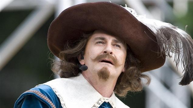 Un acteur personnifie Samuel de Champlain.
