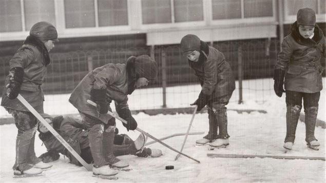 Les soeurs Dionne jouant au hockey